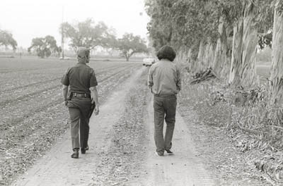 May 19, 1975. Steven Hurd , right, walks with an officer during the jury tour of the crime scene. [Photo courtesy of the O.C. Register]