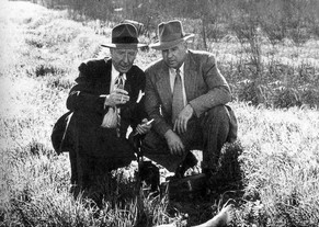 Detectives Harry Hansen [L} and Finis Brown [R] examine Black Dahlia crime scene.